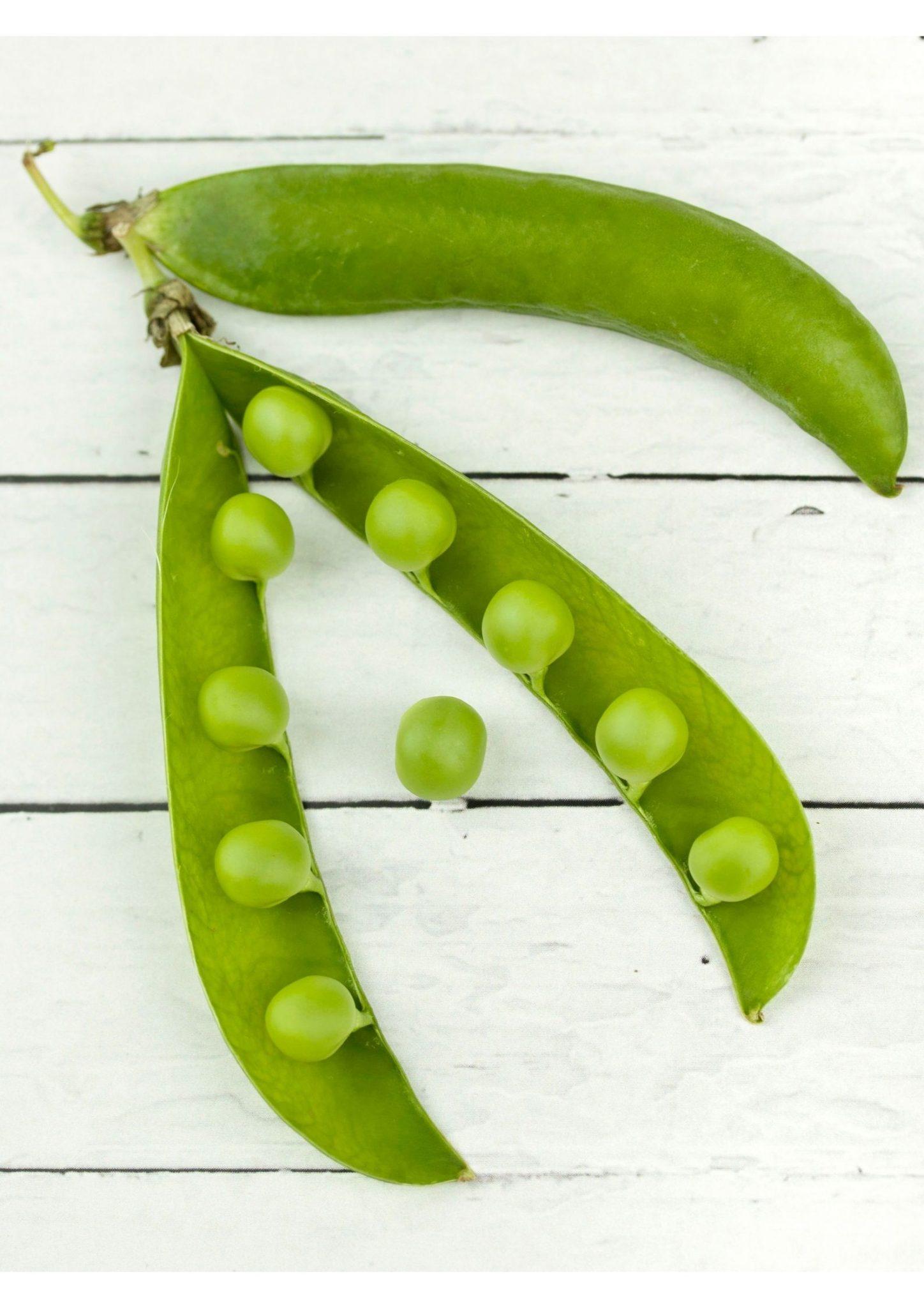 Grüne Zuckererbse auf weißem Hintergrund