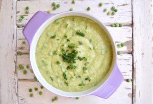 Suppe in Porzellantopf auf weißem Untergrund