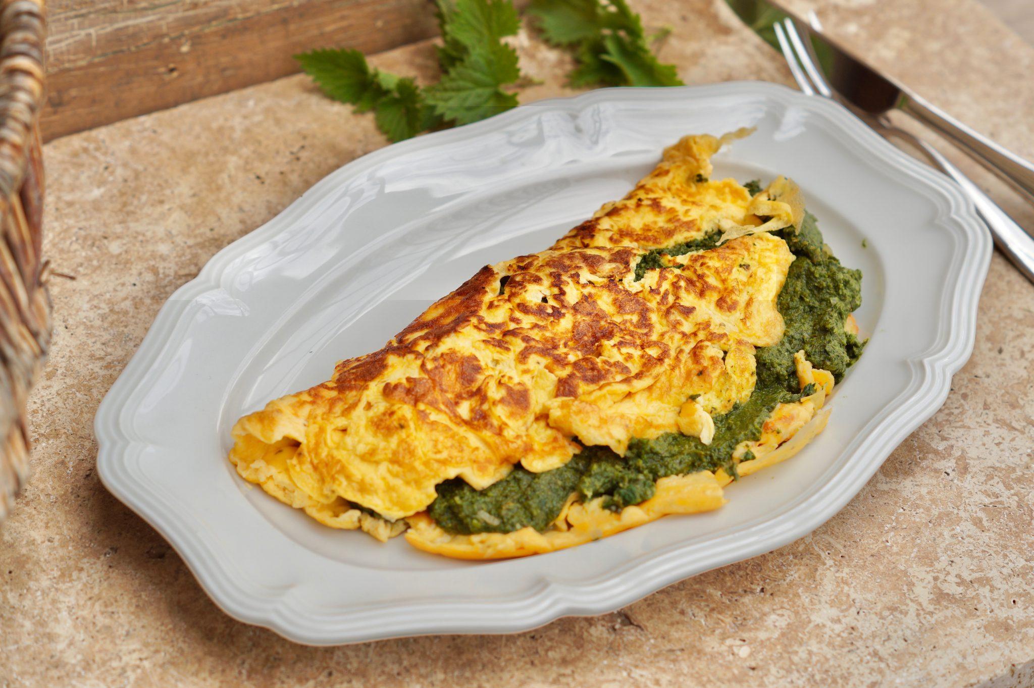 Leckeres Omelette gefüllt mit zarten Brennnesselspinat