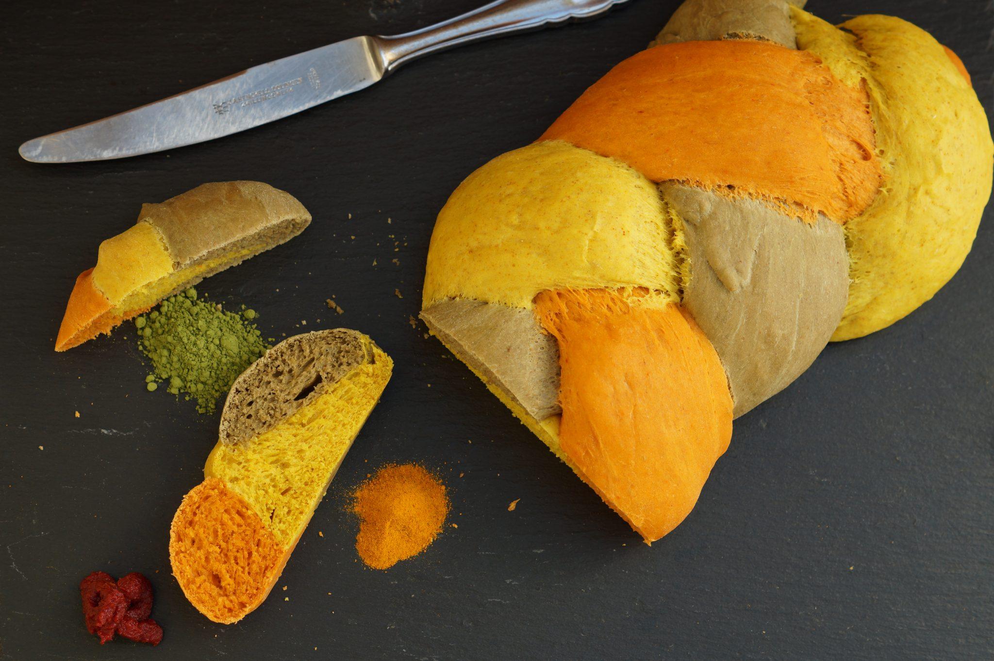 Bunter Hefezopf. Mit Kurkuma, Tomatenmark und Matcha-Pulver angefärbt