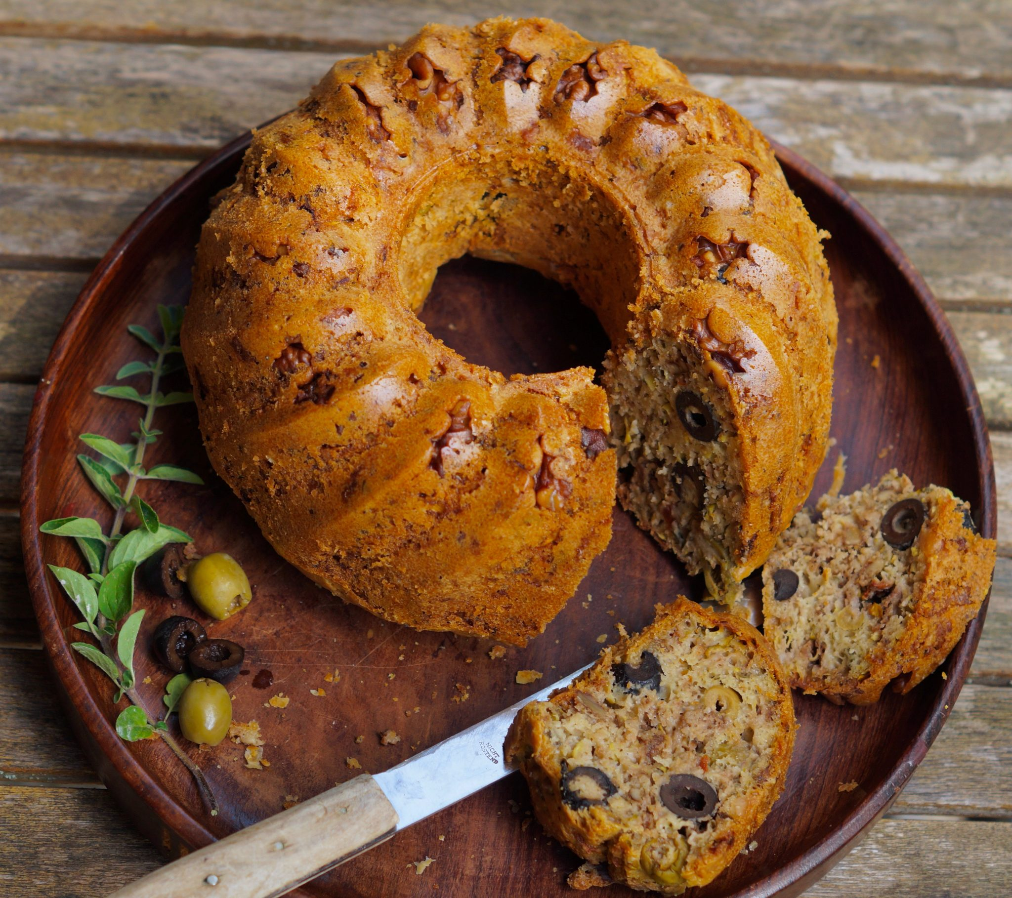 Pikanter Oliven-Gugelhupf