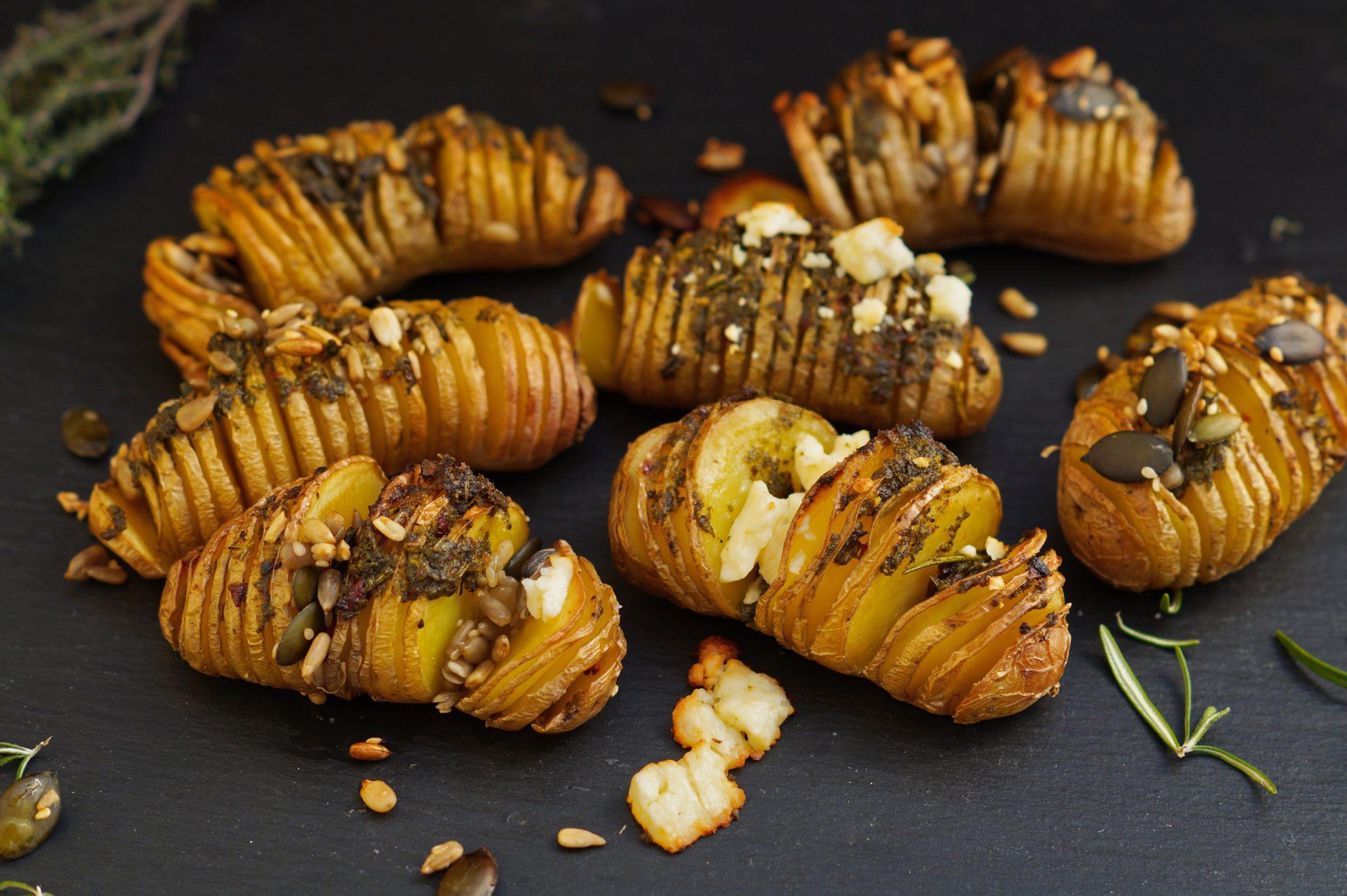 knusprige Fächerkartoffeln mit Kräuter aus dem Ofen
