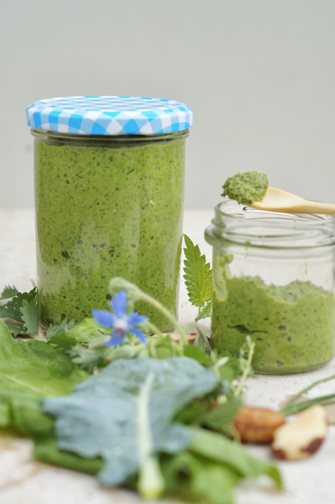 Grünes Pesto aus Gemüseblättern in einem Einmachglas