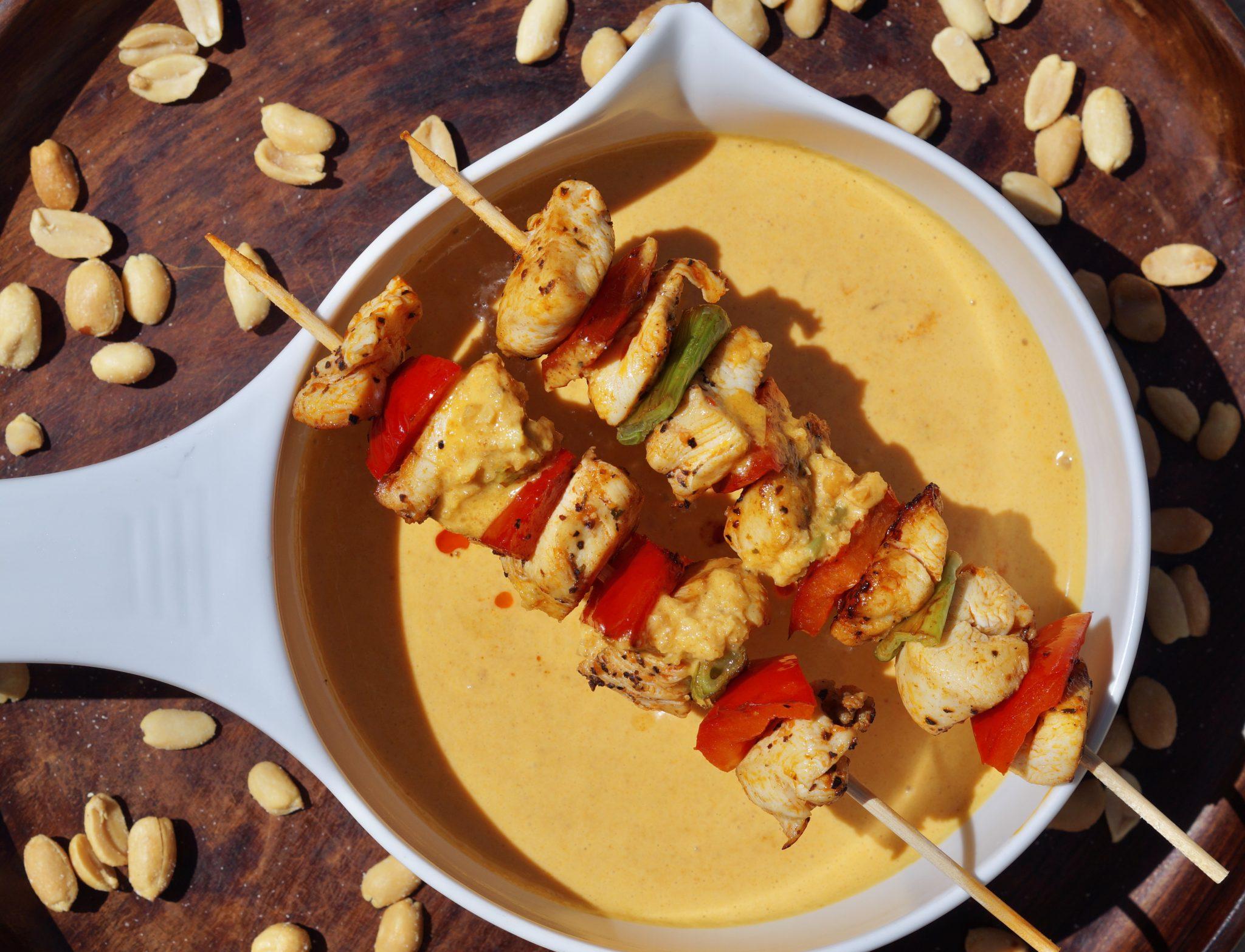 Erdnuss-Sauce mit Hähnchenspieß