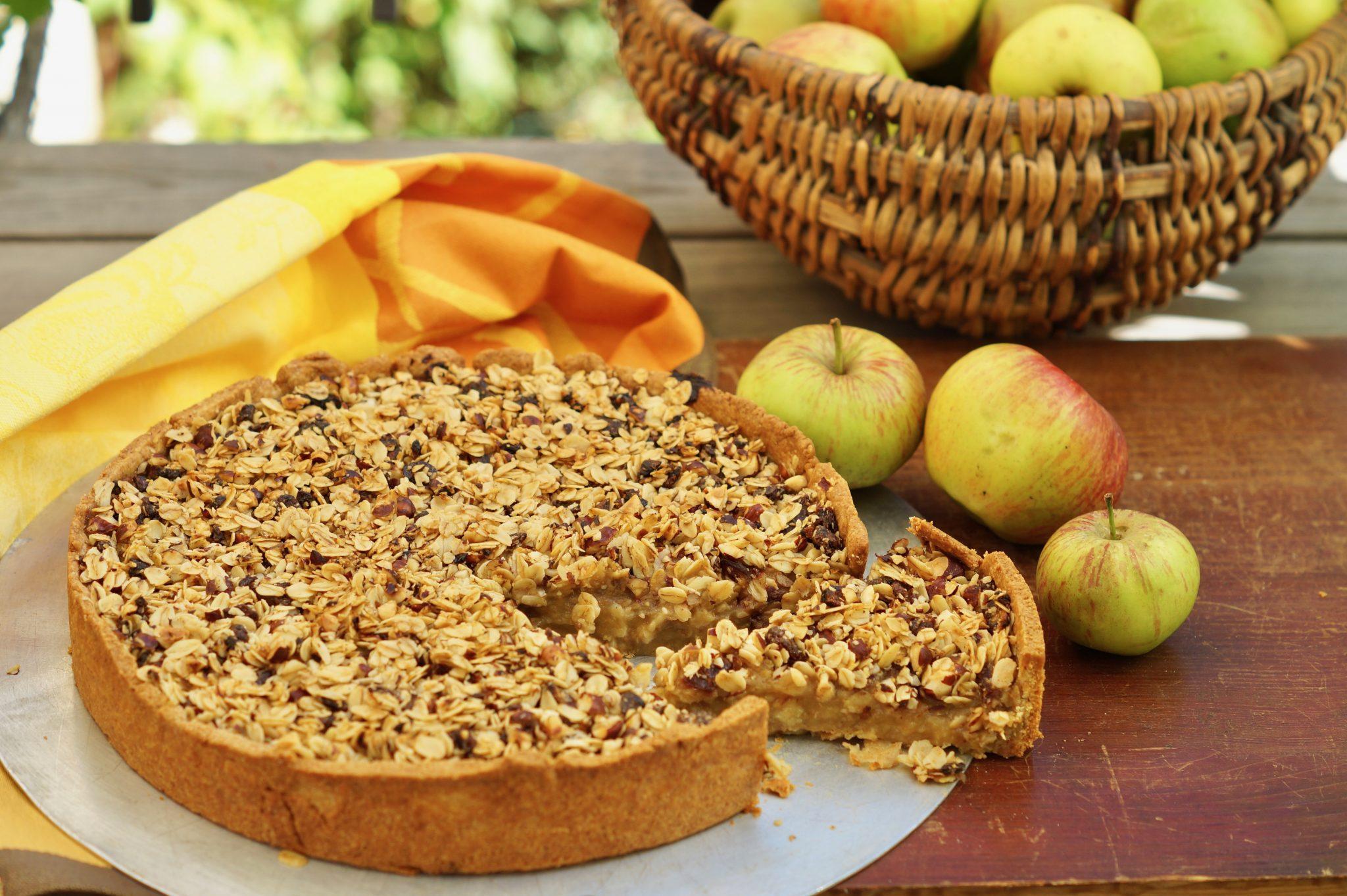Kuchen, gefüllt mit Apfelmark und bedeckt mit leckerem Brunch