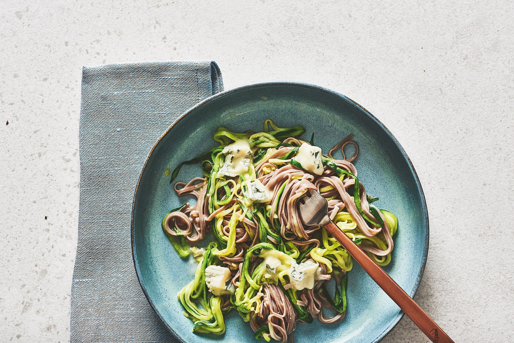 Spaghetti Gorgonzola auf einem Teller angerichtet