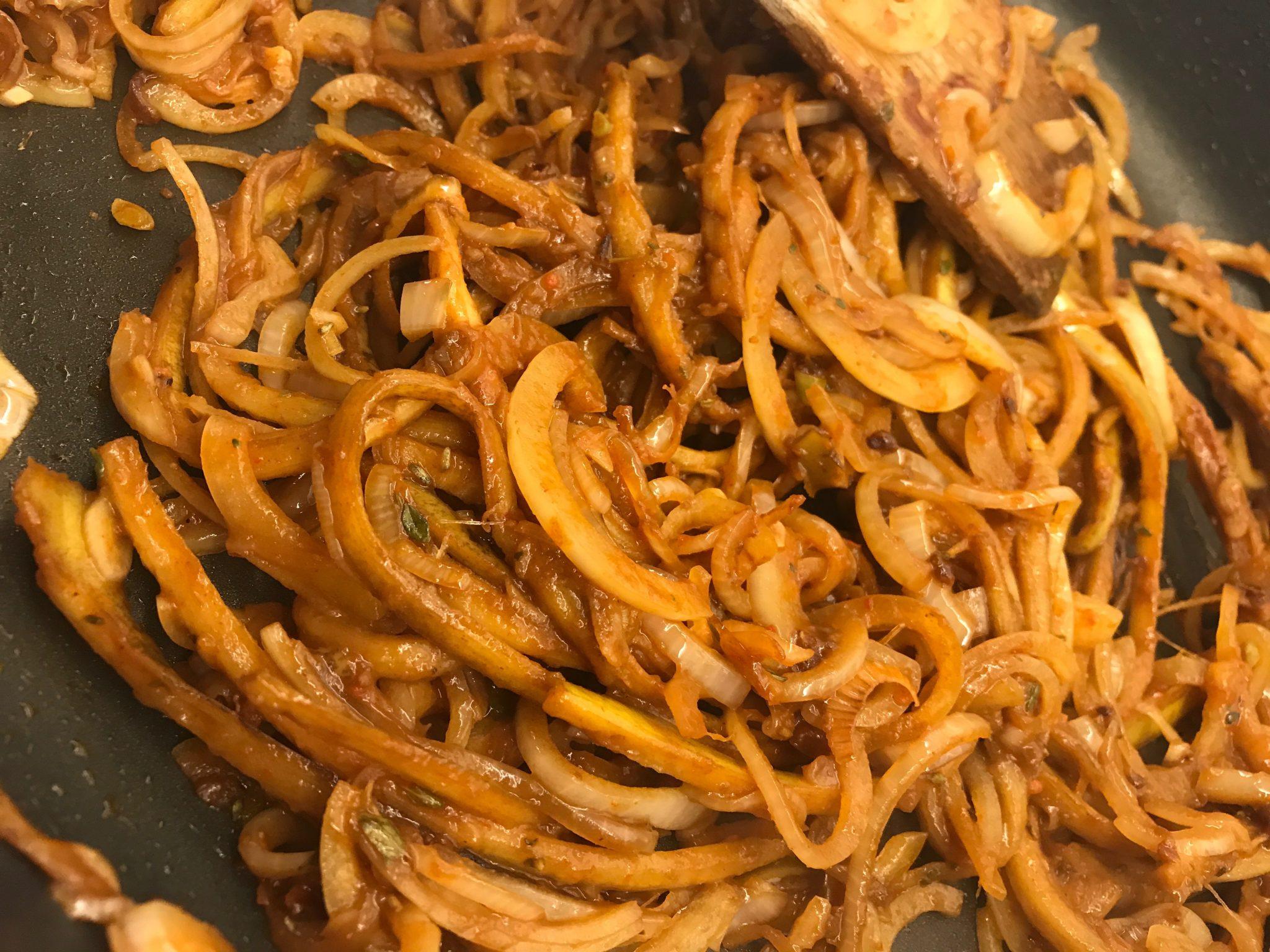 Das fertige vegane Pulled Pork aus Bananenschalen in einer Pfanne