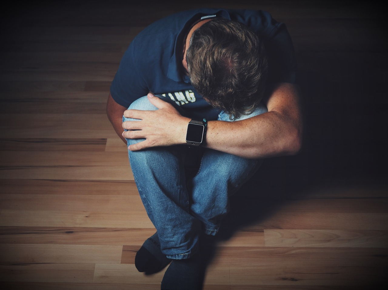 Mann mit Schmerzen verzweifelt