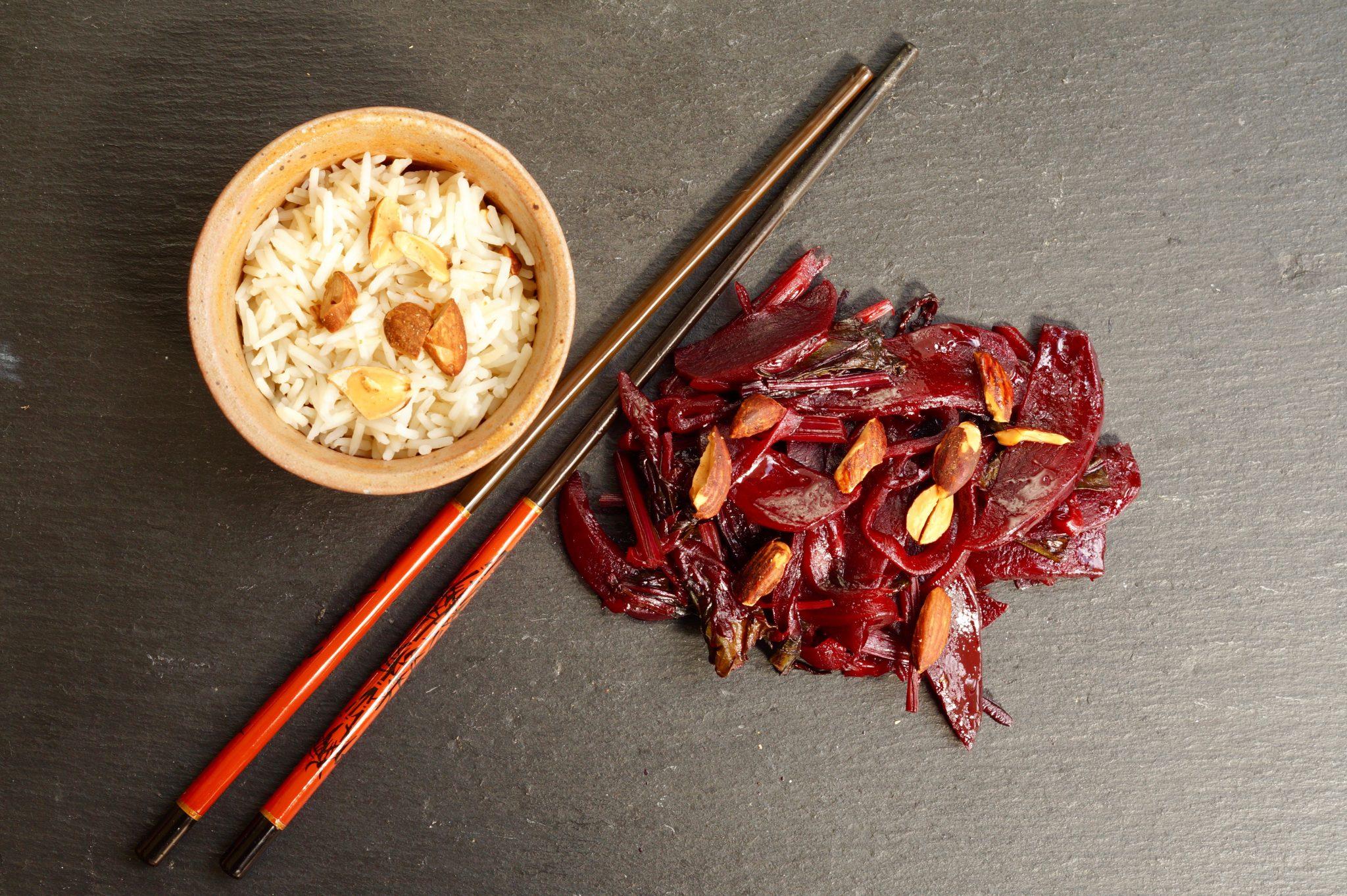 Rote Bete und Reis auf Schieferplatte