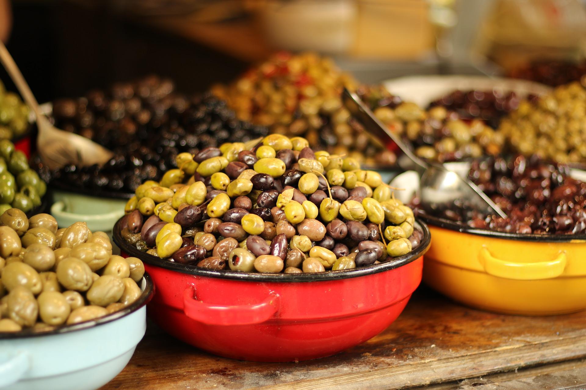 Oliven in Schüsseln