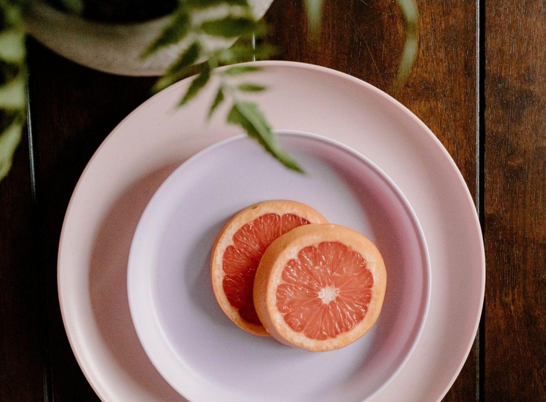 Grapefruit auf rosa Teller
